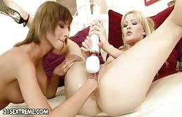 Fisting e squirting per una bionda scatenata
