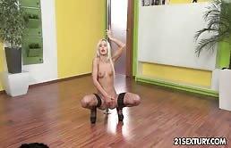 Bagascia sexy si masturba sul tappeto