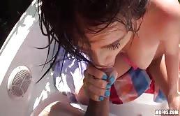 Giovane brunetta scopata su una barca