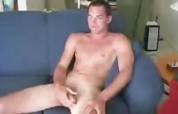 Giovane perverso con un bel cazzo grosso