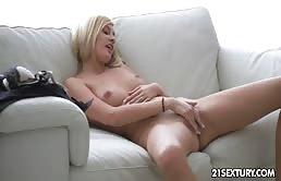 Mignotta bionda si masturba la figa stretta