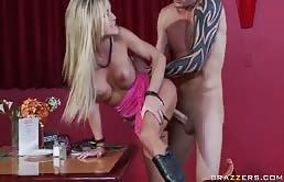 Sesso anale per una biondina sexy