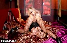Giochi erotici perversi con le due ragazze lesbiche