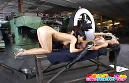 Scena di sesso con dildo per mignotte lesbiche