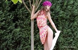 Puttanella 18enne fa vedere la figa stretta nel giardino
