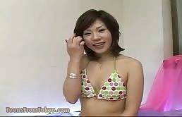 Puttanella asiatica si fa masturbare la figa pelosa