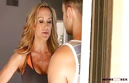 Matrigna sexy fa sesso con il figliastro e la sua ragazza