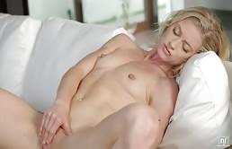 Bionda accaldata si masturba la figa rasata