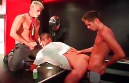 Sesso in gruppo in una discoteca con tanto sesso orale e anale