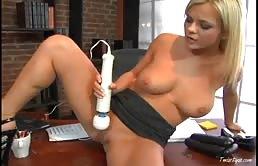 Segretaria bionda si masturba in ufficio