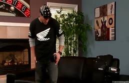 Cody Cummings si sega il cazzo sul divano