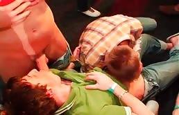 Sesso orale scatenato in una orgia