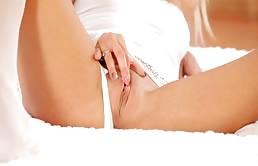 Noleta attraente bionda in astinenza si masturba la figa rasata