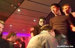 Una festa gay si sta per trasfromare in una orgia
