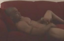 Gay latino fa una sega sul divano