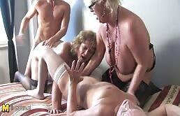 Sesso a quattro con tre mature fottute a turno