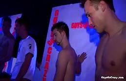 Orgia in discoteca con ragazzi eccitati che si succhiano e si inculano