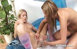 Due amiche lesbiche si pisciano e si masturbano