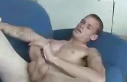Tipo versatile fa vedere il culo e si sega il cazzo