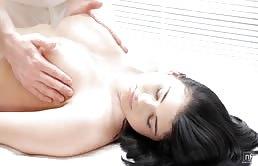 Massaggiatore cazzuto si fotte la cliente