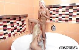 Sesso lesbico nella vasca da bagno