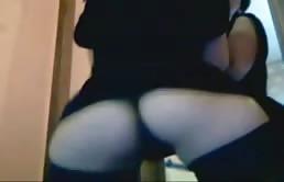 Zoccolona in lingerie nera danza sul webcam