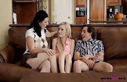 Ragazzo diciottenne si fotte la sua ragazza e la matrigna