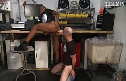 Sesso orale e anale in deposito tra due uomini gay arrapati
