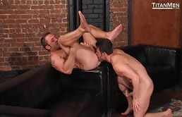 Passivo muscoloso riceve leccate di culo e penetrazioni anali