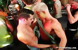 Pompini golosi tra ragazzi gay in una festa scatenata